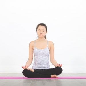 jeune femme en posture de yoga